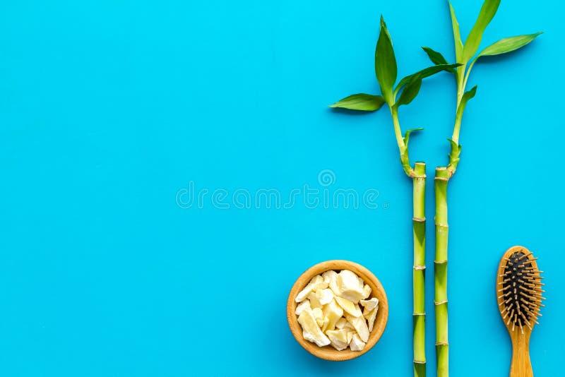 Asiatischer Badekurorthintergrund Zensteine und -orchidee Bambusniederlassung, Badekurortkosmetik auf blauem Draufsichtraum des H stockfotos