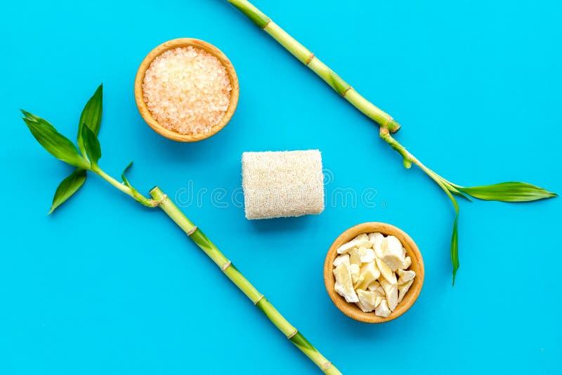 Asiatischer Badekurorthintergrund Zensteine und -orchidee Bambusniederlassung, Badekurortkosmetik auf Draufsicht des blauen Hinte lizenzfreie stockfotos