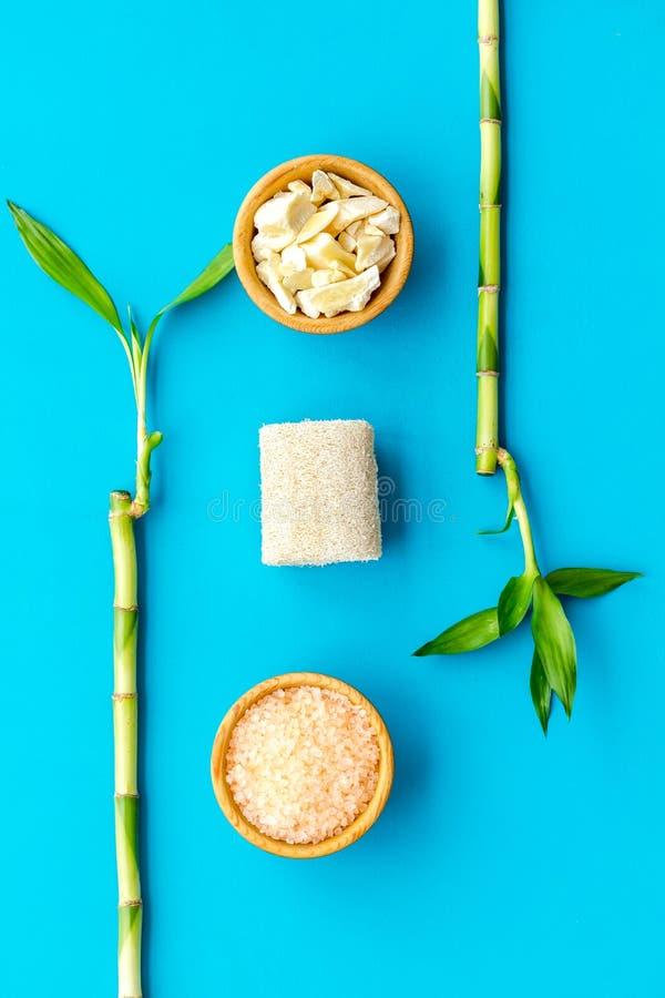 Asiatischer Badekurorthintergrund Zensteine und -orchidee Bambusniederlassung, Badekurortkosmetik auf Draufsicht des blauen Hinte stockfoto
