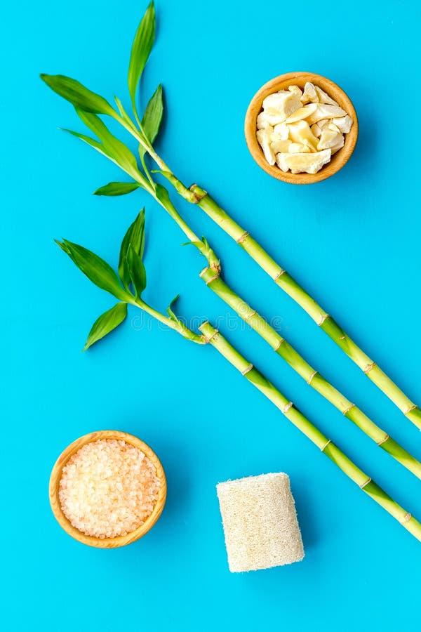 Asiatischer Badekurorthintergrund Zensteine und -orchidee Bambusniederlassung, Badekurortkosmetik auf Draufsicht des blauen Hinte stockfotos