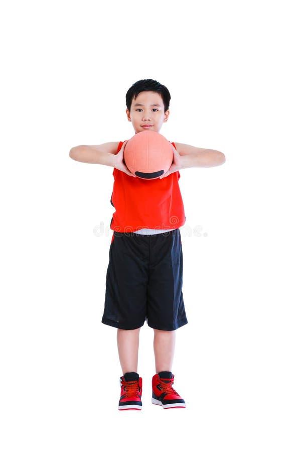 Asiatischer Basketball-Spieler bereiten vor sich, den Ball zu werfen Lokalisiert auf Weiß lizenzfreies stockfoto