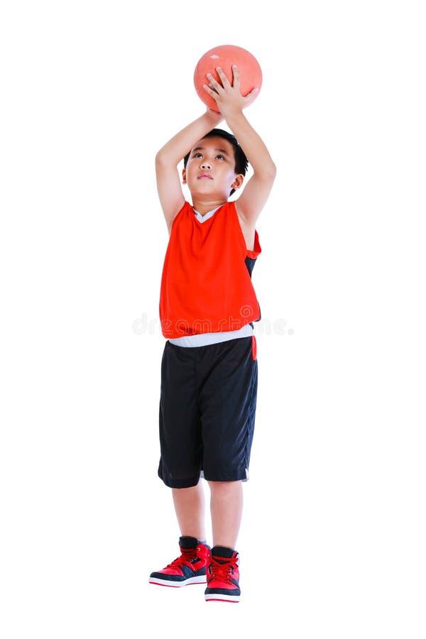 Asiatischer Basketball-Spieler bereiten vor sich, den Ball zu werfen Lokalisiert auf Weiß lizenzfreie stockbilder