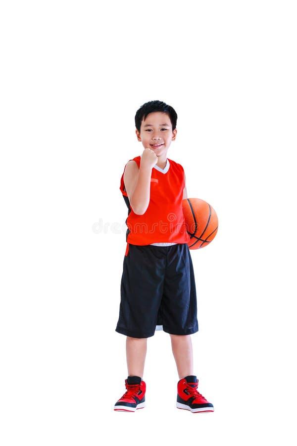 Asiatischer Basketball-Spieler, der mit Ball aufwirft Lokalisiert auf Weißrückseite stockbild