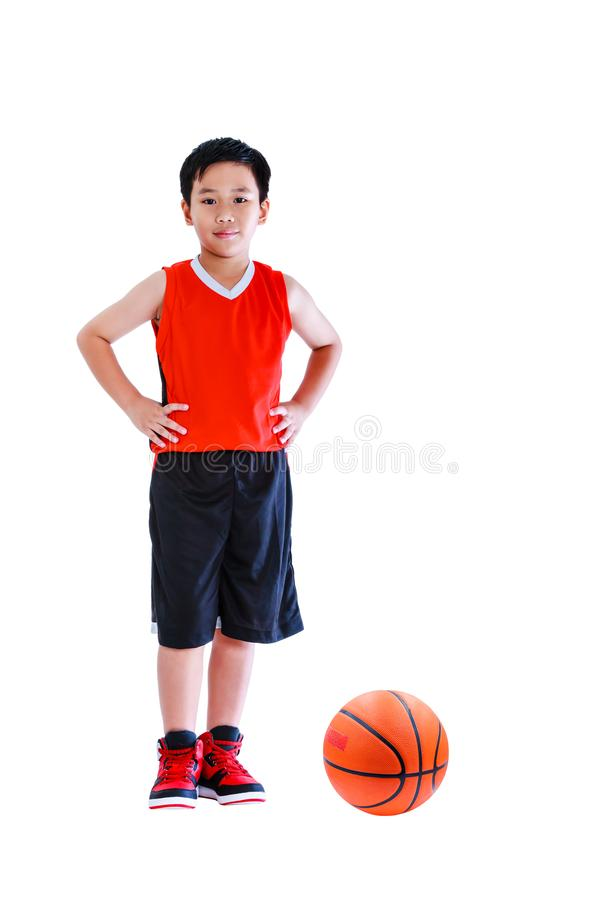Asiatischer Basketball-Spieler, der mit Ball aufwirft Lokalisiert auf Weißrückseite lizenzfreie stockfotografie