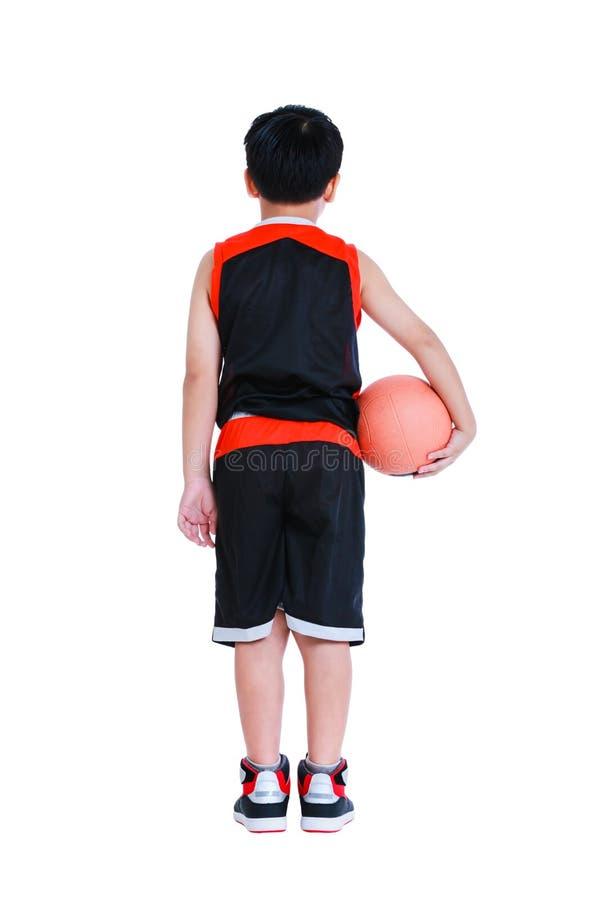 Asiatischer Basketball-Spieler, der mit Ball in seiner Hand aufwirft Lokalisiertes O stockbilder