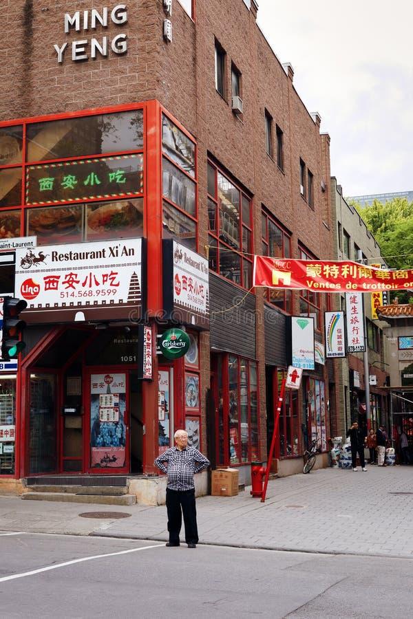 Asiatischer chinesischer Mann des Ältesten, der auf die Straße in Chinatown, Montreal, Kanada wartet lizenzfreie stockfotografie