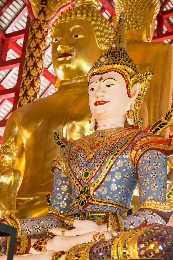Asiatischer Engel und goldene Buddha-Statue stockfotografie
