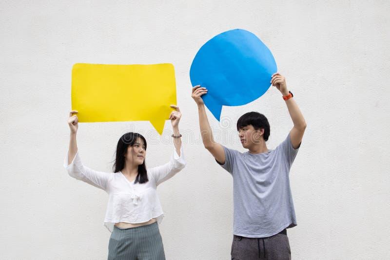 Asiatischer Erwachsener der Paare auf der Wolkenmitteilung stockbild