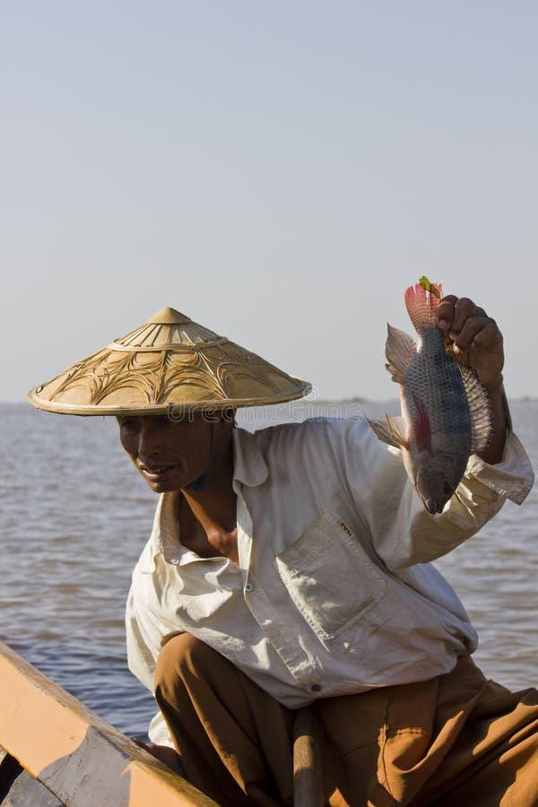 Asiatischer Fischer auf Inle See und seinen Fischen lizenzfreie stockfotografie