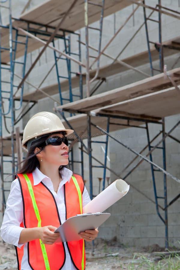 Asiatischer Frauen-Prüfer auf Baustelle lizenzfreie stockfotos