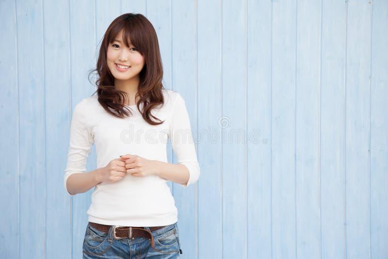 Asiatischer Frauenblauhintergrund stockfoto