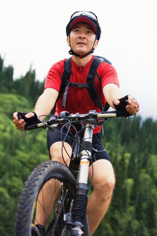 Asiatischer Gebirgsradfahrer stockfoto