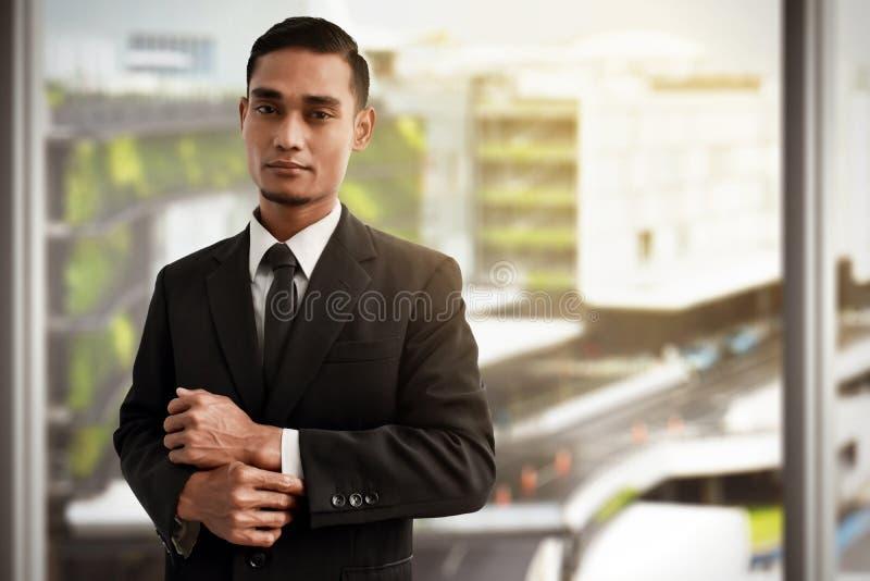 Asiatischer Geschäftsmann-Abnutzungsschwarzanzug lizenzfreie stockfotografie