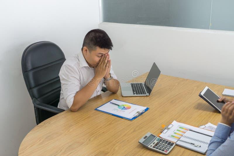 Asiatischer Geschäftsmann deprimiert mit schlechter Finanzsituation der Firma stockfotos