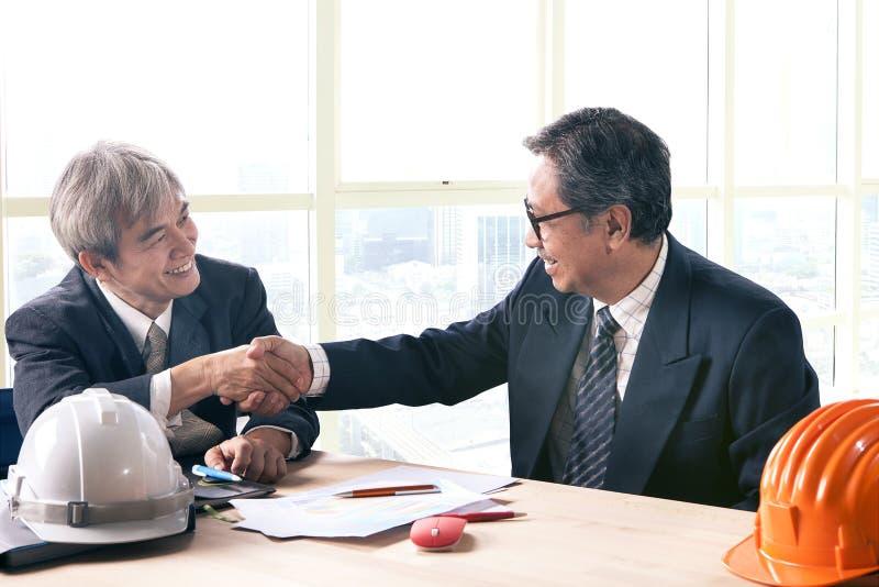 Asiatischer Geschäftsmann, der Hand in BüroKonferenzzimmer successfu rüttelt stockfotografie
