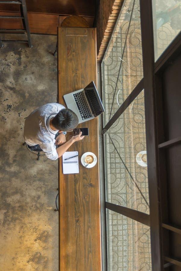 Asiatischer Geschäftsmann, der intelligentes Telefon für Arbeit verwendet stockbilder