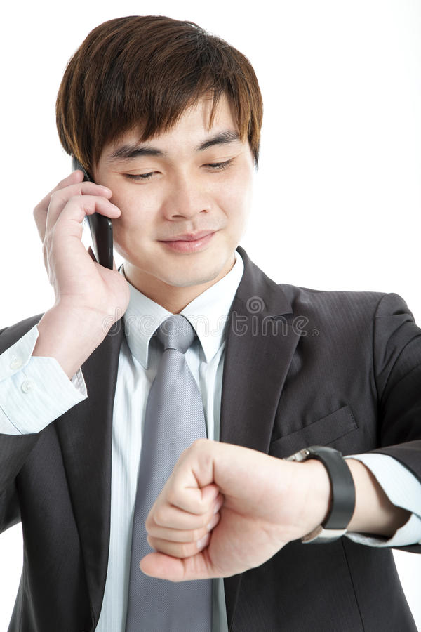 Asiatischer Geschäftsmann, der Zeit überprüft stockbild