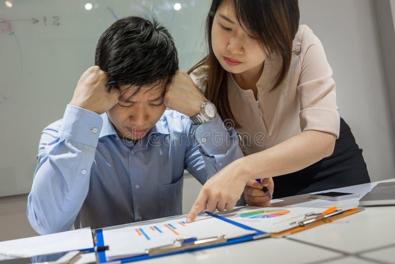 Asiatischer Geschäftsmann fühlt sich müde, erschöpft wegen vieler Probleme lizenzfreie stockfotos