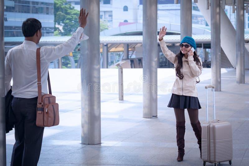 Asiatischer Geschäftsmann Handshake und Gruß mit Reisefrauen weari lizenzfreie stockfotos