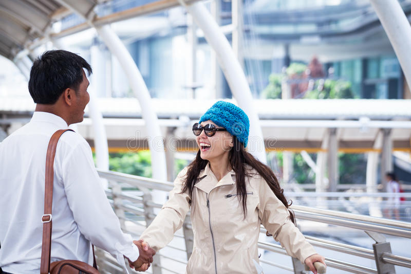 Asiatischer Geschäftsmann Handshake und Gruß mit Reisefrauen weari lizenzfreies stockfoto