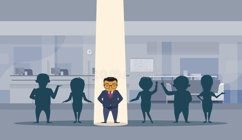 Asiatischer Geschäftsmann mit Scheinwerferlicht erfolgreiches Busnessman, das heraus Schattenbild-Mengen-Büro-Innenraum-Hintergru lizenzfreie abbildung