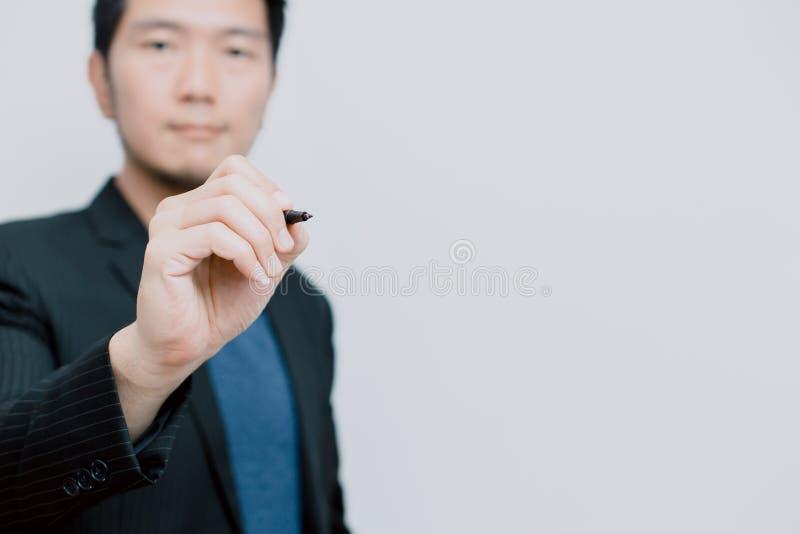 Asiatischer Geschäftsmann mit Stift lizenzfreie stockfotos