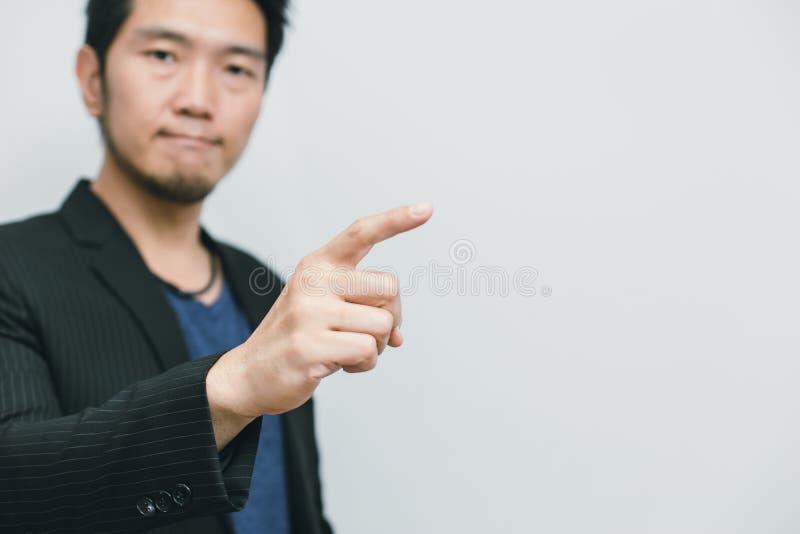 Asiatischer Geschäftsmann-Punktfinger an der Seitenweise lizenzfreie stockfotografie