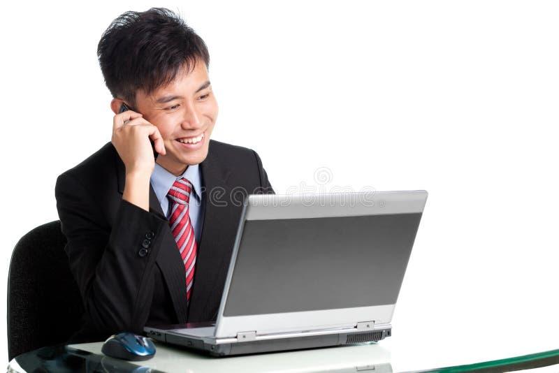 Asiatischer Geschäftsmann teilt gute Nachrichten stockfoto