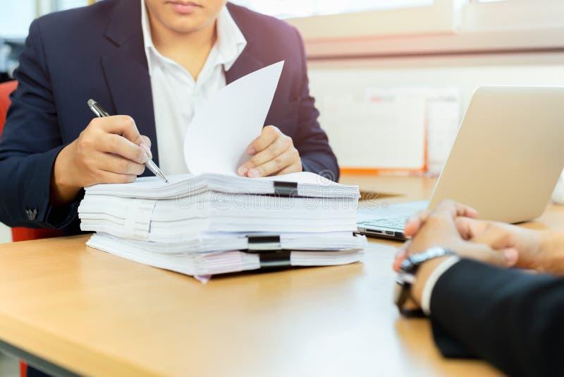 Asiatischer Geschäftsmann und seine unterzeichnende Dokumentenarbeit behilflichen Sekretärs im Büro stockbilder