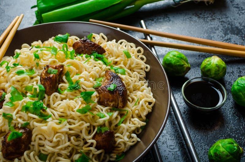 Asiatischer Hühnernudelsalat lizenzfreie stockbilder