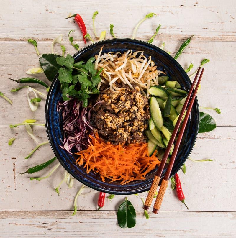 Asiatischer Hintergrund Br?tchen-BO-nam BO Nahrungsmittelmit verschiedenen Bestandteilen auf rustikalem Holztisch stockfotografie