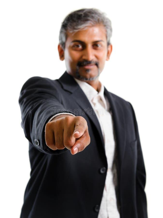 Asiatischer indischer Geschäftsmannfinger, der auf Sie zeigt lizenzfreie stockfotos