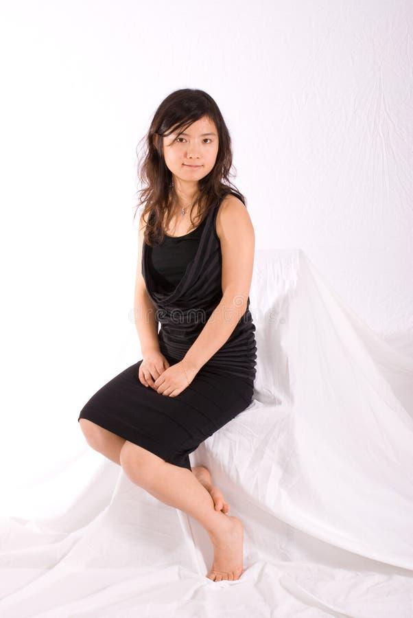 Asiatischer Jugendlicher im schwarzen Rock getrennt stockfotos