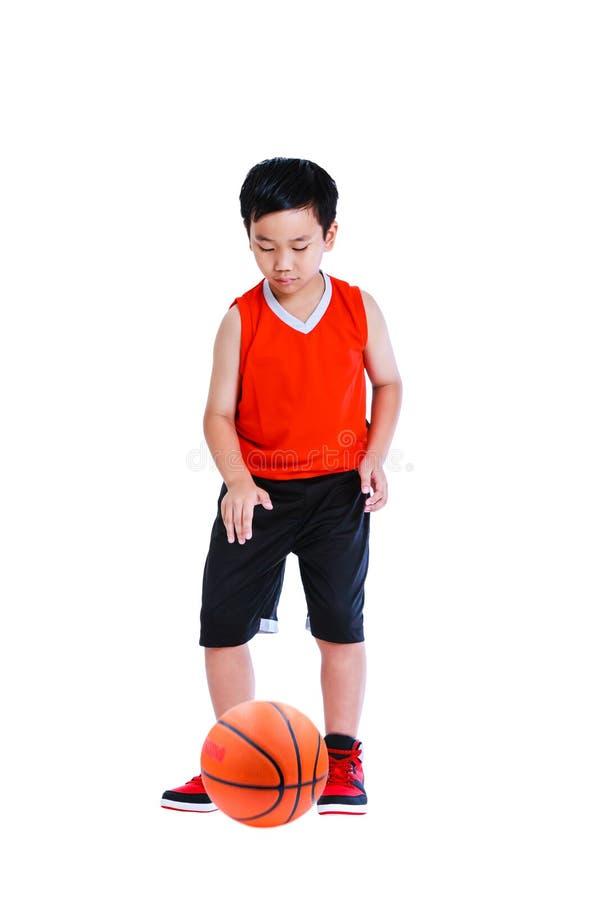 Asiatischer Junge, der Basketball spielt Getrennt auf weißem Hintergrund stockbilder