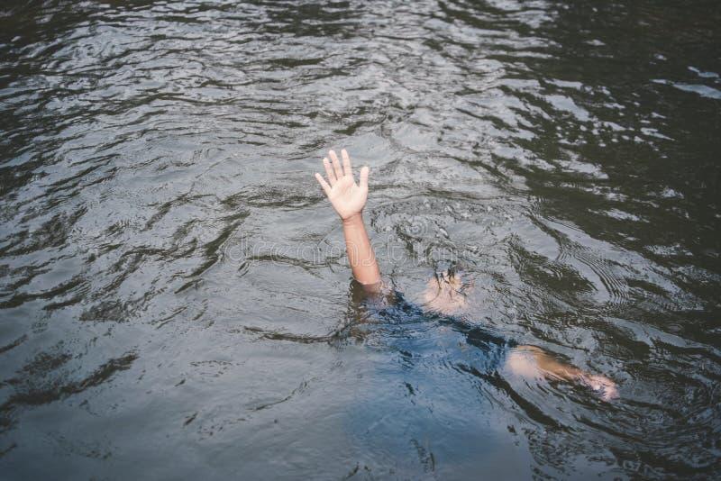 Asiatischer Junge, der im Pool gefährlich und im Bedarf zu helfen ertrinkt lizenzfreie stockfotos