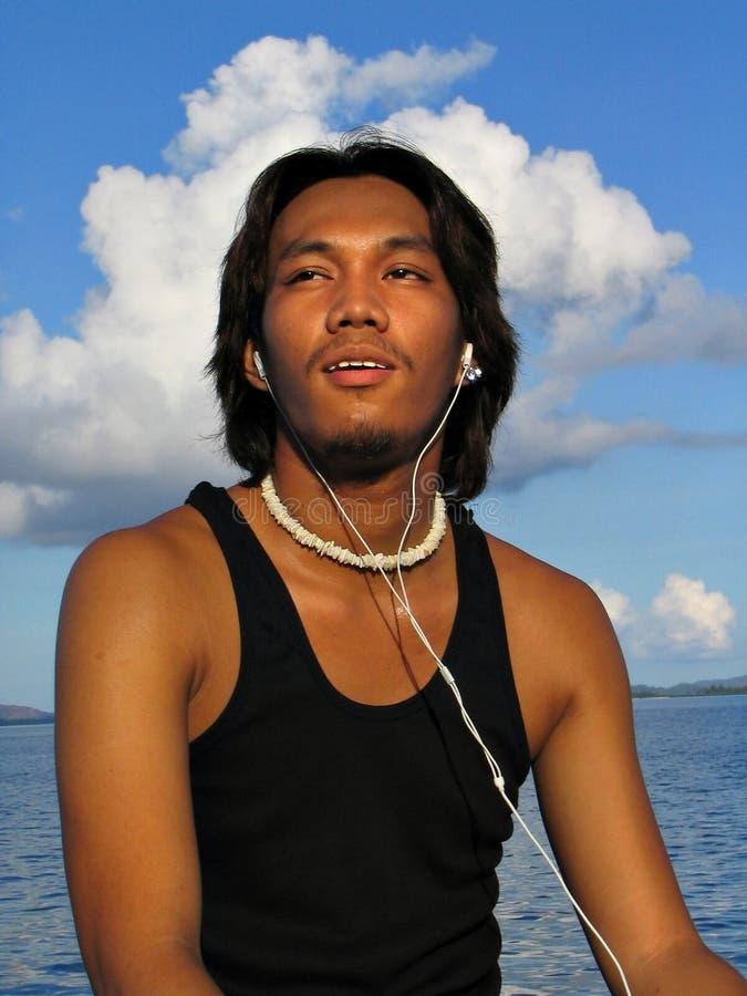 Asiatischer Junge mit Ohrenpfropfen lizenzfreies stockfoto