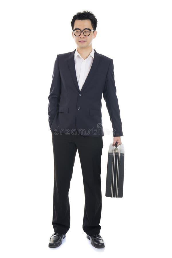 Asiatischer junger Geschäftsmann mit dem Koffer lokalisiert auf weißem backgro lizenzfreie stockfotos