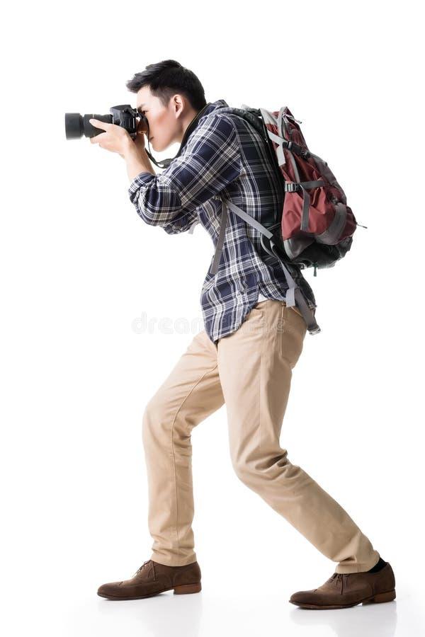Asiatischer junger männlicher Wanderer machen ein Foto lizenzfreie stockbilder