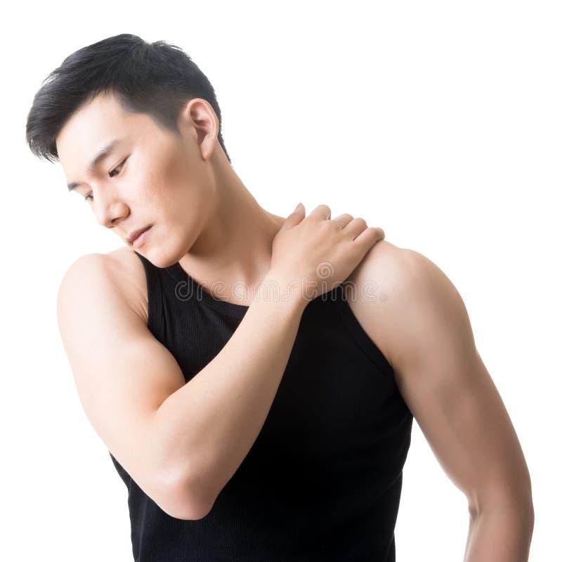 Asiatischer junger Mann, der die Schulterschmerz hat stockfoto