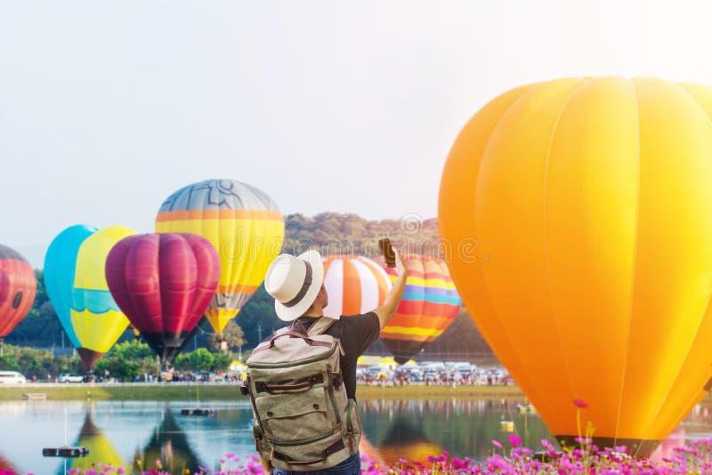 Asiatischer junger Mann ist genießen, Ballon-Festival aufzupassen stockfotografie