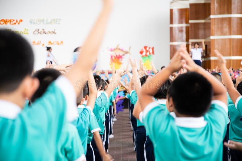 Asiatischer Kinderstand in der Linie und Übung an im Freien lizenzfreies stockbild