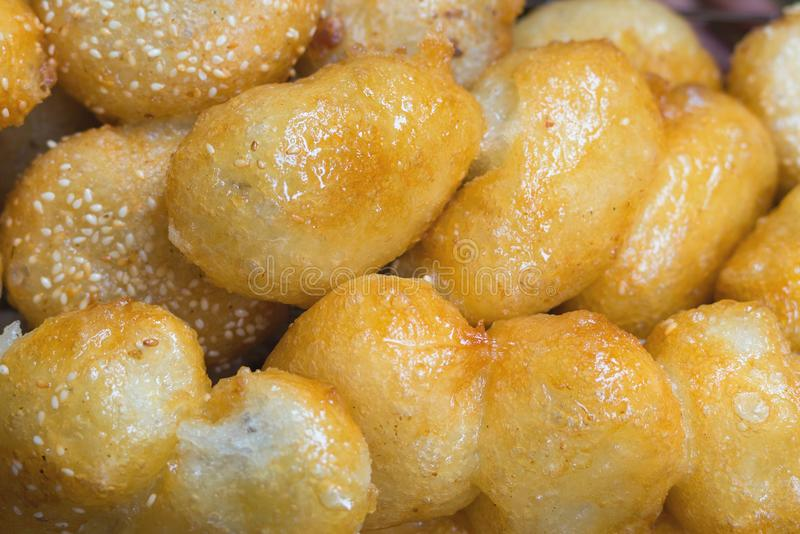 Asiatischer Klebreisdonut, Art des gebratenen Kuchens, gesetzt auf Behälter über Bratpfanne für die Ableitung des Speiseöls stockfotografie