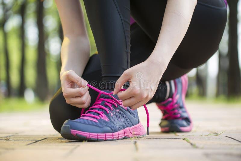 Asiatischer Läufer der jungen Frau, der gesunden Lebensstil der Spitzee bindet stockfotos