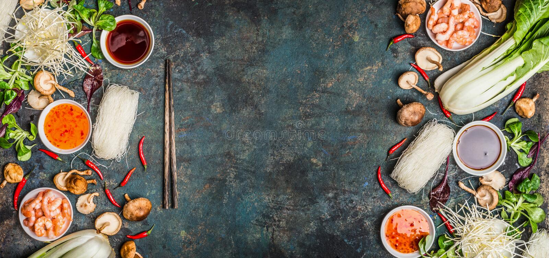 Asiatischer Lebensmittelhintergrund mit verschiedenem vom Kochen von Bestandteilen auf rustikalem Hintergrund, Draufsicht stockbilder