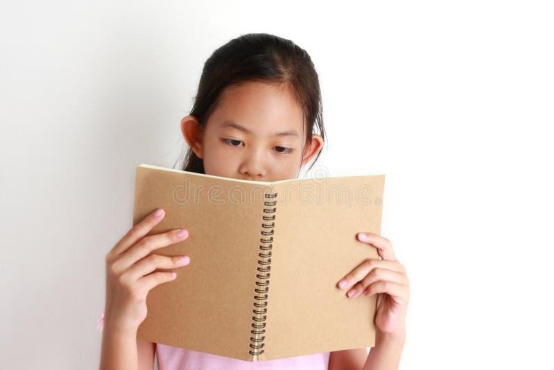 Asiatischer Mädchen Griff Ihr Buch für das Ablesen stockfotos
