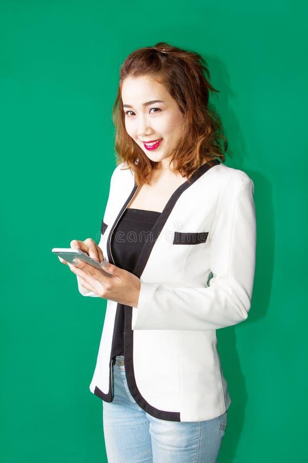 Asiatischer Mädchengebrauch Smartphone stockfoto