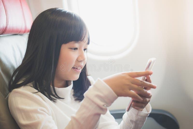 Asiatischer Mädchengebrauch von Handy stockfoto