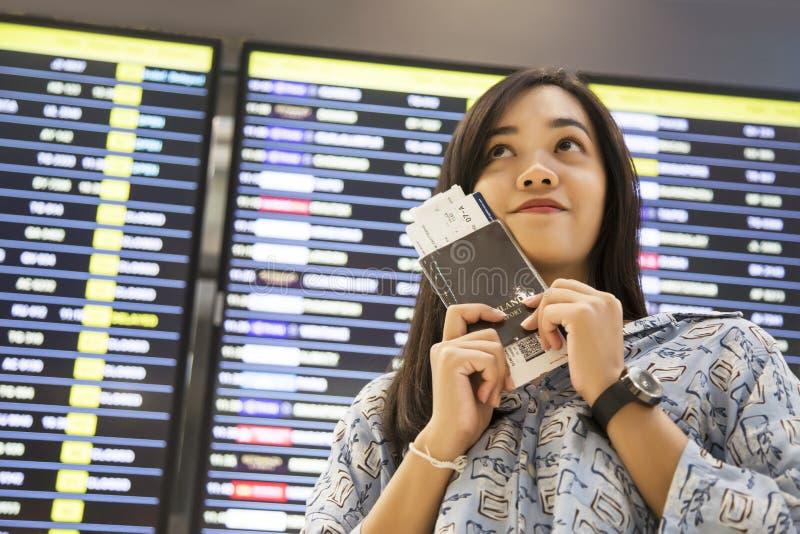 Asiatischer Mädchenprüfungsflug am Flughafen stockbilder