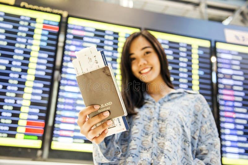 Asiatischer Mädchenprüfungsflug am Flughafen lizenzfreies stockfoto