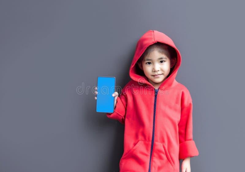 Asiatischer Mädchenshowschirm des Mobiles lizenzfreies stockfoto